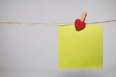 cartões de papel unidos com os pinos de roupa com corações pequenos Imagem de Stock Royalty Free