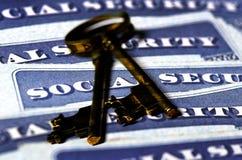 Cartões de segurança social que representam chaves da aposentadoria Fotografia de Stock Royalty Free