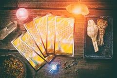 Cartões de tarô em uma placa Foto de Stock
