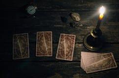 Cartões de tarô no caixa de fortuna fotografia de stock