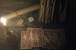 Cartões de tarô no caixa de fortuna foto de stock royalty free