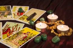 Cartões de tarô com runas e vela ardente Imagens de Stock