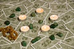 Cartões de tarô e vela ardente Imagens de Stock