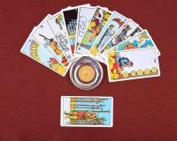 Cartões de tarô e vela ardente fotos de stock royalty free