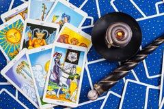 Cartões de tarot azuis misturados com esfera e vela mágicas. Fotografia de Stock Royalty Free