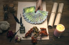 Cartões de Tarot Caixa de fortuna divination Doutor de bruxa imagens de stock royalty free
