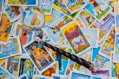 Cartões de tarot misturados com uma esfera e uma varinha mágicas. Imagem de Stock
