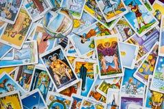 Cartões de tarot misturados na tabela com uma esfera mágica. Fotos de Stock