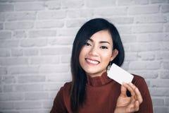Cartões do aumento asiático da menina e bom brancos fotos de stock
