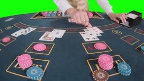 Cartões do baralhamento do crouoier das mãos do casino no jogo de pôquer da tabela Tela verde Movimento lento Fim acima video estoque