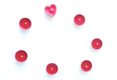 Cartões do dia de Valentim com coração e vela no fundo Foco seletivo raso Copyspace Vista superior Foto de Stock