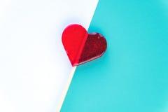 Cartões do dia de Valentim com o pirulito do coração no fundo Foco seletivo raso Copyspace Vista superior liso Imagens de Stock
