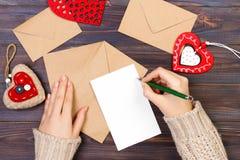 Cartões do dia de Valentim e decorações, vista superior Conceito do amor e do feriado Conceito do dia de são valentim com copyspa Fotos de Stock Royalty Free