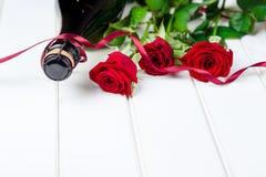 Cartões do dia de Valentim Ramalhete de rosas vermelhas na placa de madeira branca Foco seletivo Espaço para o texto Imagem de Stock Royalty Free