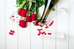 Cartões do dia de Valentim Ramalhete de rosas vermelhas na placa de madeira branca Vista superior Fotos de Stock Royalty Free