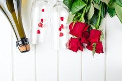 Cartões do dia de Valentim Ramalhete de rosas vermelhas na placa de madeira branca Vista superior Foto de Stock Royalty Free