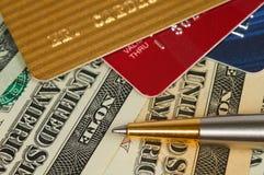 Cartões do dinheiro e de crédito. fotos de stock
