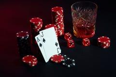 Cartões do jogador de pôquer Na tabela são as microplaquetas e um vidro do cocktail com uísque Cartões - Ace e Jack Imagens de Stock Royalty Free