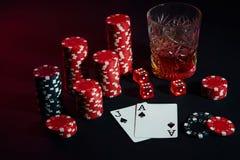 Cartões do jogador de pôquer Na tabela são as microplaquetas e um vidro do cocktail com uísque Cartões - Ace e Jack Fotos de Stock