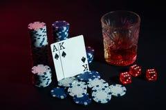 Cartões do jogador de pôquer Na tabela são as microplaquetas e um vidro do cocktail com uísque Cartões - Ace e rei Fotografia de Stock Royalty Free