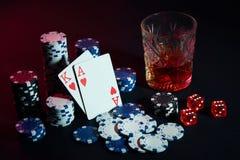 Cartões do jogador de pôquer Na tabela são as microplaquetas e um vidro do cocktail com uísque Cartões - Ace e rei Fotos de Stock Royalty Free