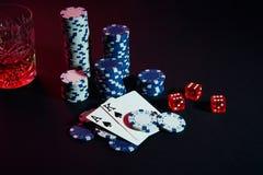 Cartões do jogador de pôquer Na tabela são as microplaquetas e um vidro do cocktail com uísque Cartões - Ace e rei Fotos de Stock