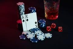 Cartões do jogador de pôquer Na tabela são as microplaquetas e um vidro do cocktail com uísque Cartões - Ace e rei Imagens de Stock Royalty Free