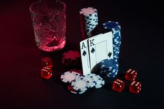 Cartões do jogador de pôquer Na tabela são as microplaquetas e um vidro do cocktail com uísque Cartões - Ace e rei Imagem de Stock