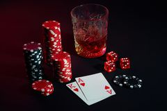 Cartões do jogador de pôquer Na tabela são as microplaquetas e um vidro do cocktail com uísque Cartões - Ace e rei Imagens de Stock