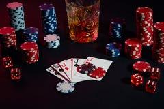 Cartões do jogador de pôquer Na tabela são as microplaquetas e um vidro do cocktail com uísque Combinação de cartões Foto de Stock Royalty Free