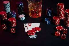Cartões do jogador de pôquer Na tabela são as microplaquetas e um vidro do cocktail com uísque Combinação de cartões Imagens de Stock Royalty Free