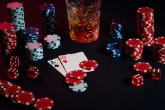Cartões do jogador de pôquer Na tabela são as microplaquetas e um vidro do cocktail com uísque Combinação de cartões Imagens de Stock
