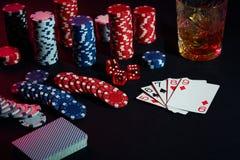 Cartões do jogador de pôquer Na tabela são as microplaquetas e um vidro do cocktail com uísque Combinação de cartões Imagem de Stock Royalty Free