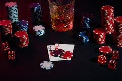Cartões do jogador de pôquer Na tabela são as microplaquetas e um vidro do cocktail com uísque Combinação de cartões Fotografia de Stock Royalty Free