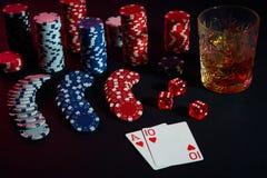 Cartões do jogador de pôquer Na tabela são as microplaquetas e um vidro do cocktail com uísque Combinação de cartões Fotografia de Stock
