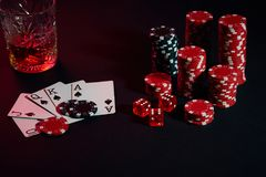 Cartões do jogador de pôquer Na tabela são as microplaquetas e um vidro do cocktail com uísque Combinação de cartões - resplendor Fotos de Stock Royalty Free