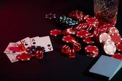Cartões do jogador de pôquer Na tabela são as microplaquetas e um vidro do cocktail com uísque Combinação de cartões - resplendor Fotografia de Stock Royalty Free