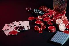 Cartões do jogador de pôquer Na tabela são as microplaquetas e um vidro do cocktail com uísque Combinação de cartões - resplendor Imagem de Stock