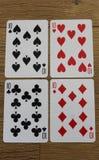 Cartões do pôquer em um backround de madeira, no grupo de dez dos clubes, nos diamantes, nas pás, e nos corações Fotos de Stock Royalty Free