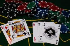 Cartões do pôquer no fundo verde imagem de stock