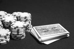 Cartões do pôquer e microplaquetas da aposta em um jogo de tabela Fotografia de Stock Royalty Free