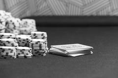 Cartões do pôquer e microplaquetas da aposta em um jogo de tabela Fotografia de Stock