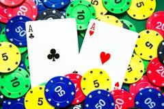 Cartões do pôquer e microplaquetas de pôquer Imagem de Stock