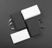 Cartões do preto e do whote em um fundo preto Foto de Stock