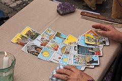 Cartões dos tarots da leitura Fotografia de Stock Royalty Free