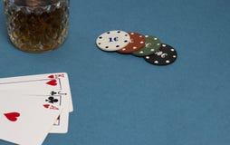 Cartões e álcool das microplaquetas um fundo azul imagem de stock