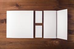 Cartões e brochura vazios, folheto em um fundo de madeira Foto de Stock Royalty Free