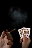 Cartões e charuto nas mãos masculinas foto de stock