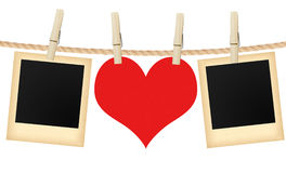 Cartões e coração da foto que penduram na corda isolada no branco Imagens de Stock Royalty Free