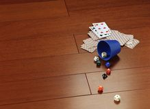 Cartões e dados de jogo em um parquet do mogno Imagem de Stock Royalty Free